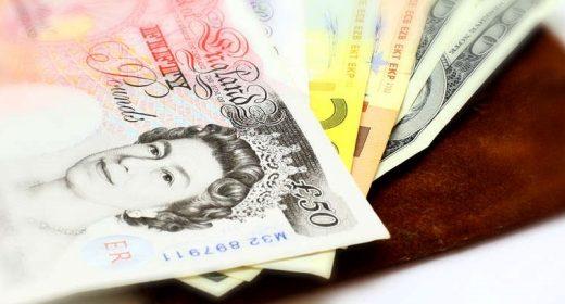 Didžiojoje Britanijoje didėja atlyginimai